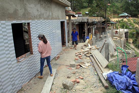 Những công trình bạc tỷ đang được người dân xây dựng.