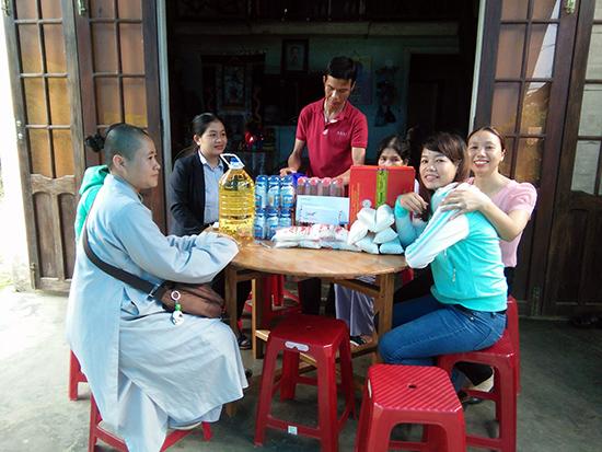 Chị Thọ (áo xanh ngoài cùng bên phải) trong một lần đi thiện nguyện. (Ảnh do nhân vật cung cấp)