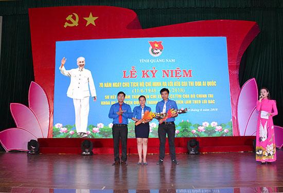 Chị Út Thư được vinh danh nhân dịp 70 năm ngày Bác Hồ ra Lời kêu gọi thi đua ái quốc. Ảnh: T.Q.V