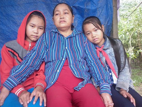 Bà Nguyễn Thị Cảnh và hai cháu cần lắm những tấm lòng san sẻ yêu thương. Ảnh: T.N