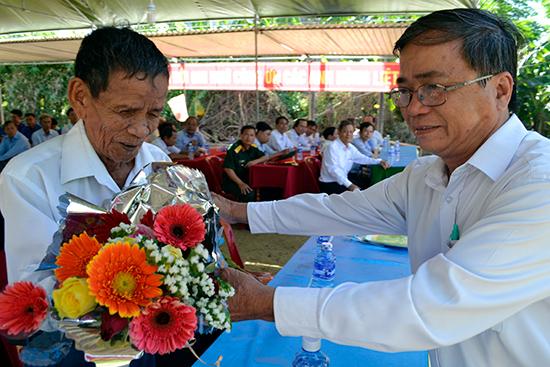 Ông Trần Công Châu dâng tặng hoa tri ân ông Trần Ba (trái).