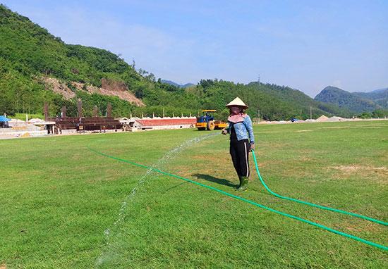 Các hạng mục công trình tổ hợp sân vận động Nam Giang đang trong quá trình hoàn thiện, đảm bảo theo kế hoạch. Ảnh: ALĂNG NGƯỚC