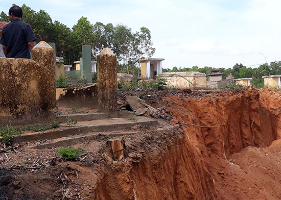 Tận thu đất lấn sâu vào 26 ngôi mộ của tộc Lương. Ảnh: T.H
