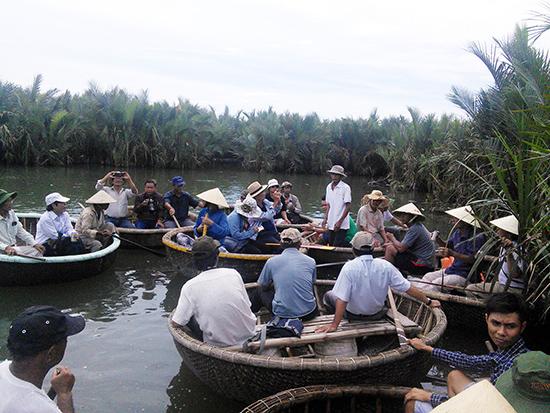 Mùa hè là thời điểm các chi hội VHNT thường tổ chức các chuyến đi thực tế hoặc mở trại sáng tác cho hội viên. Trong ảnh: Hội viên Chi hội Văn học đi thực tế sáng tác ở rừng dừa nước Cẩm Thanh - Hội An.