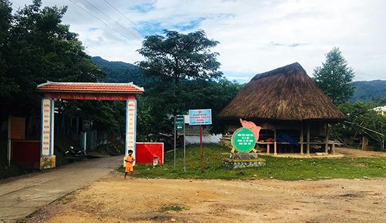 Nhà ở theo kiểu truyền thống được dựng ngay trên đường vào thôn văn hóa Đắc  Ôốc, xã La Dêê, huyện Nam Giang. Ảnh: LÊ QUÂN