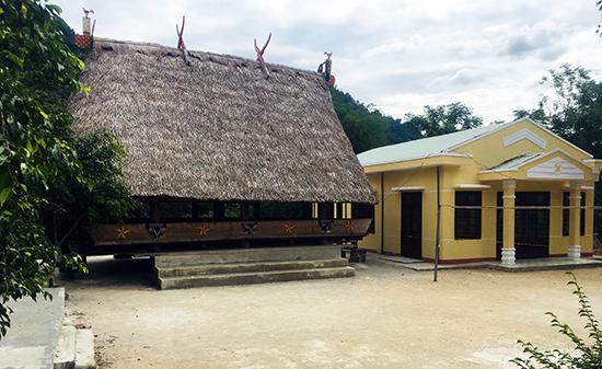Nhà làng truyền thống người Cơ Tu thôn Pà Vả, xã Ta Bhing, huyện Nam Giang được dựng lên bên cạnh một khu sinh hoạt hiện đại.