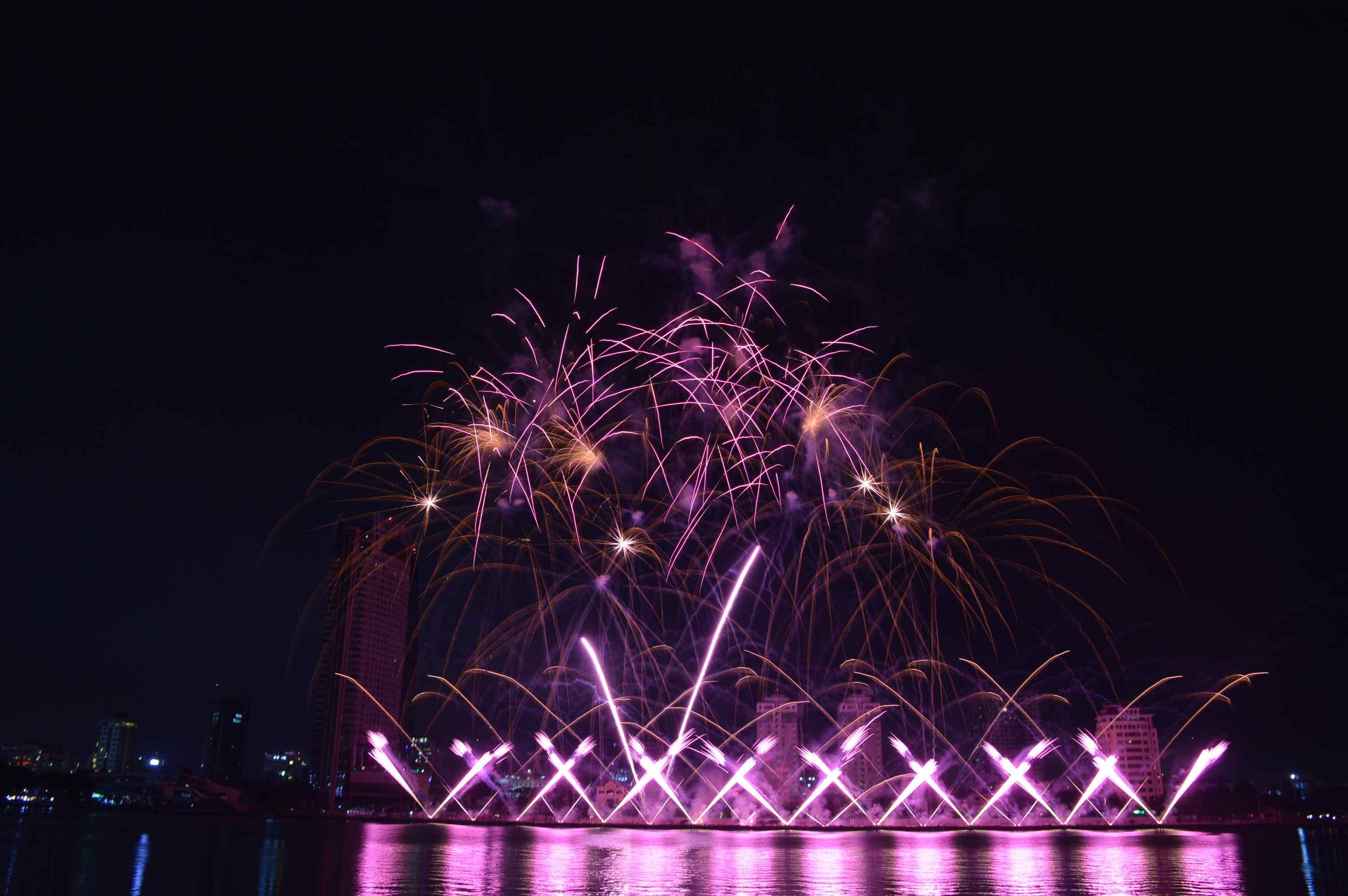 Lễ hội Pháo hoa Quốc tế Đà Nẵng trải dài trong 2 tháng giúp khách du lịch đến Đà Nẵng tăng mạnh. Ảnh: Q.T