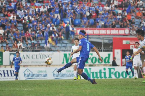 Hà Minh Tuấn ghi bàn ấn định tỷ số hòa 2-2 cho Quảng Nam. Ảnh: T.V
