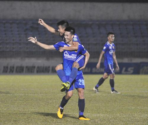 Tiền vệ Huy Hùng chơi khá hay trong những trận đấu gần đây và anh được đồng đội chúc mừng sau pha sút bóng chạm xà bật ra và được Minh Tuấn ghi bàn. Ảnh: T.V