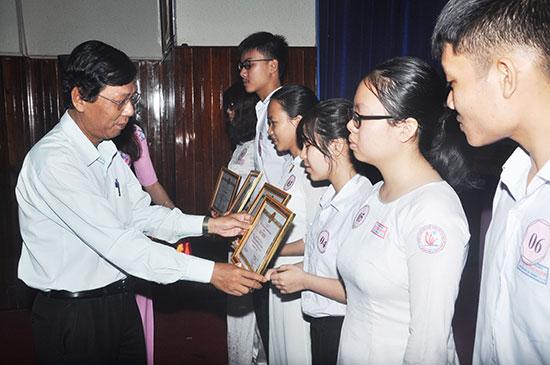 Thành phố khen thưởng cho các em HS đạt thành tích xuất sắc trong năm học 2017-2018. Ảnh: X.P