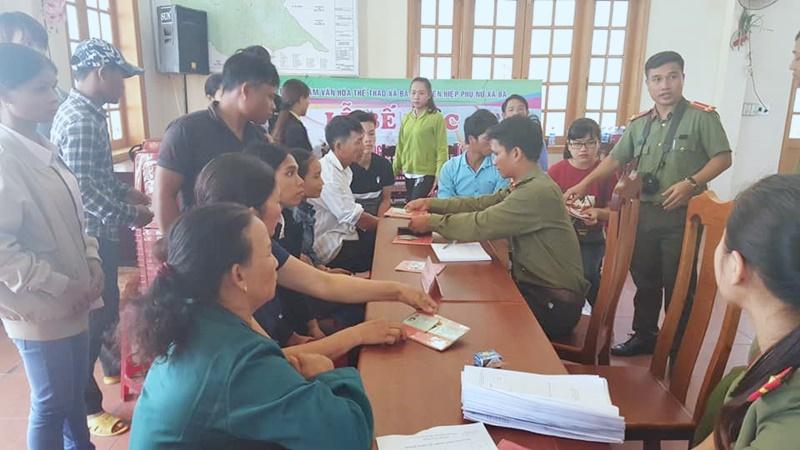 Công an huyện giúp dân làm chứng minh nhân dân. Ảnh: M.L