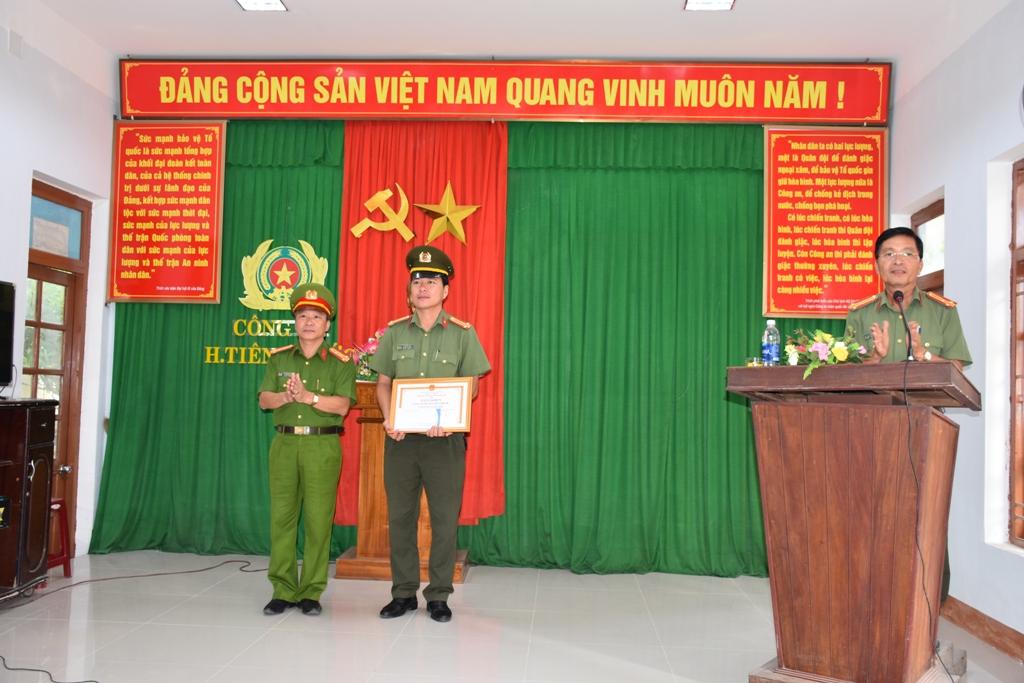 Đại tá Nguyễn Đức Dũng t rao thưởng nóng cho ban chuyên án. Ảnh: Q.H