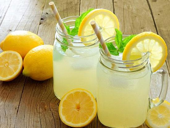 Uống nước chanh quá nhiều có thể làm vết lở miệng thêm nặng. Ảnh:  Shutterstock