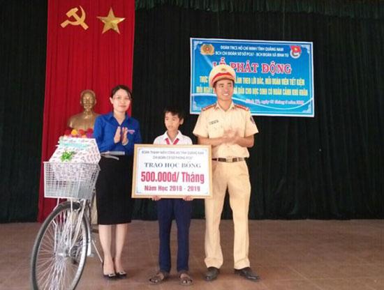 Thượng úy Dương Thành Mỹ - đại diện BCH Đoàn thanh niên PC67 tặng xe đạp, học bổng cho học sinh nghèo vượt khó.
