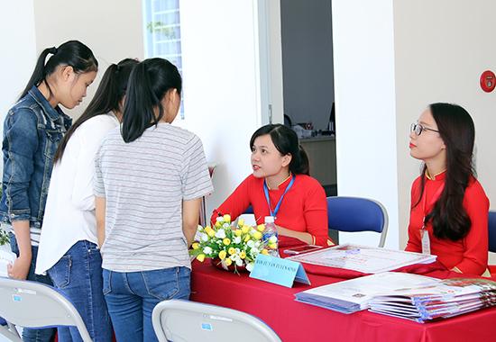 Thí sinh tìm hiểu hình thức xét học bạ tuyển sinh tại Trường ĐH Phan Châu Trinh. Ảnh: C.N