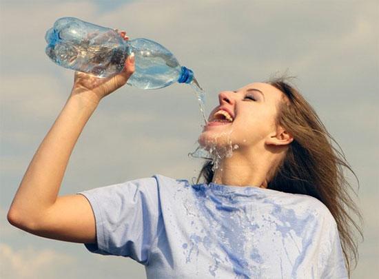 Theo bác sĩ Anh Tú, nên chia nhỏ lượng nước và uống từ từ sẽ tốt cho cơ thể (Ảnh minh họa).