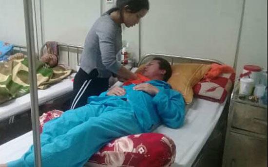 Chị Hiền chăm sóc anh Kim ở Bệnh viện Ung bướu Đà Nẵng. Ảnh: LÊ PHƯƠNG