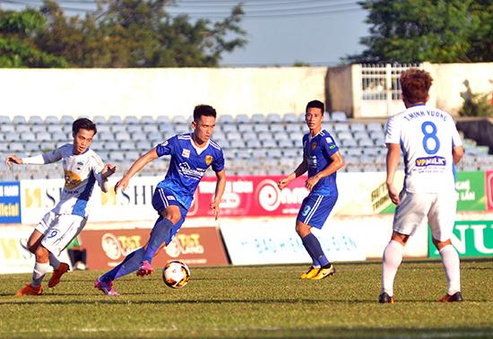 Trung vệ Tấn Sinh (thứ 2, từ trái qua) có 5 trận liên tiếp ra sân trong đội hình chính thức của đội Quảng Nam.