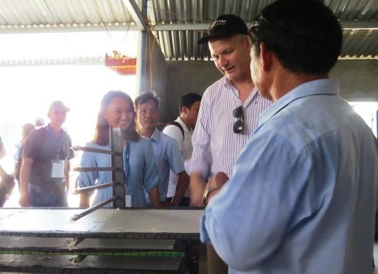 Tham quan dây chuyền sản xuất bánh tráng sạch tại HTX Ái Nghĩa. H.L