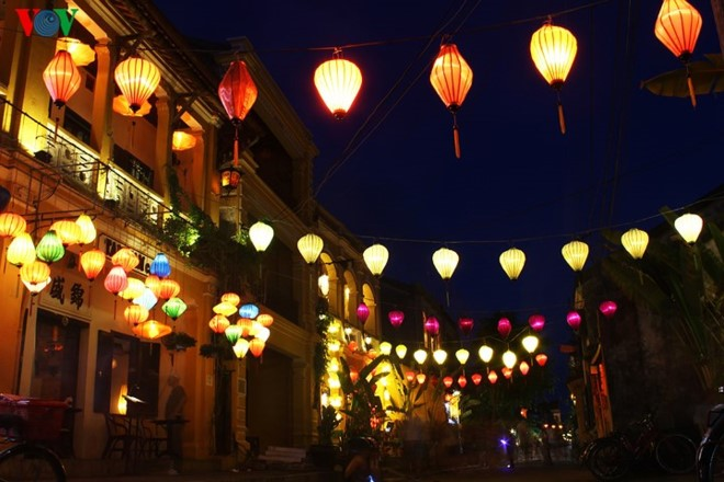 Hội An is sparkling in the light of colourful lanterns (vov.vn)