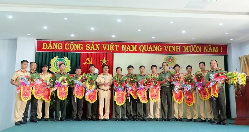 Ban Tổ chức trao hoa và cờ lưu niệm cho các đơn vị tham gia dự thi. Ảnh: M.L