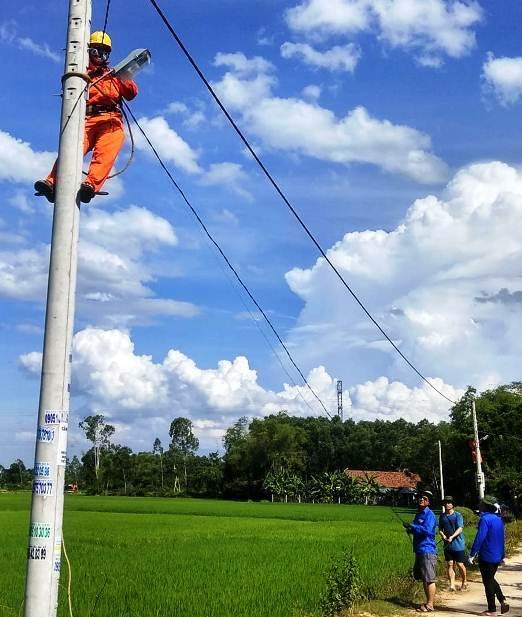 Đoàn tình nguyện thực hiện công trình thắp sáng đường quê. Ảnh: A.Đ