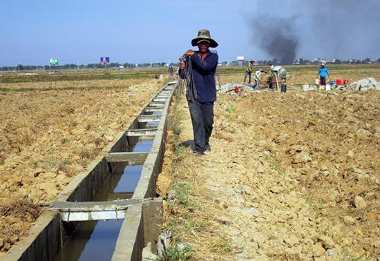 Nhiều địa phương rất cần vốn để tiếp tục kiên cố hóa hệ thống kênh mương. Ảnh: VĂN SỰ