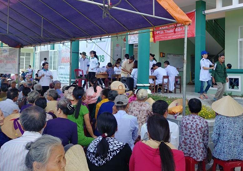 Khám bệnh cho người dân xã Sơn Viên và Quế Lộc. Ảnh: MINH THÔNG