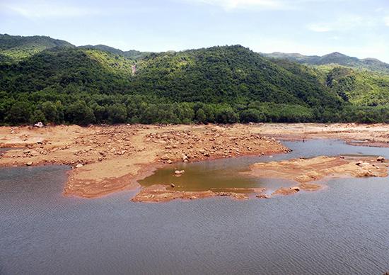 Một lượng lớn đất đá trong lòng hồ không được múc khiến dung tích chứa của hồ Suối Tiên (Quế Sơn) thấp hơn thiết kế rất nhiều.