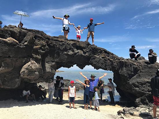Du khách chụp ảnh lưu niệm tại cổng Tò Vò ở đảo Lớn, huyện đảo Lý Sơn. Ảnh: N.S