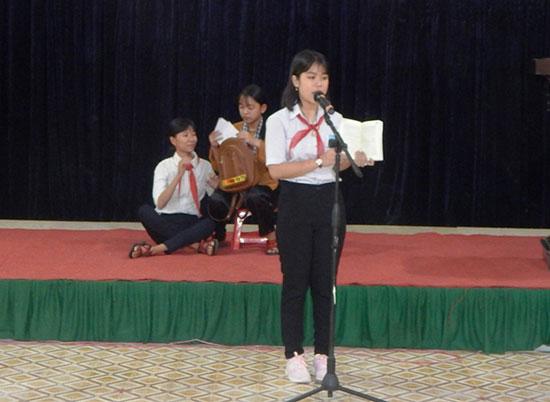 Một tiết mục thuyết trình theo sách được trình bày tại hội thi.