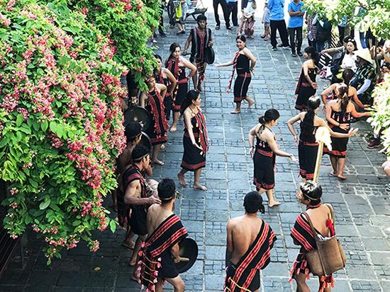 Trình diễn văn hóa Ca Dong tại Hội An. Ảnh: Minh Hải
