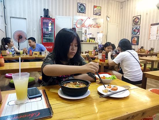 Quán ăn Cheoeum, nơi gặp gỡ của nhiều bạn trẻ thích món ăn Hàn Quốc.
