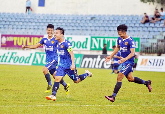 Thanh Trung cùng các đồng đội ăn mừng bàn thắng trong trận gặp Becamex Bình Dương. Ảnh: A.N