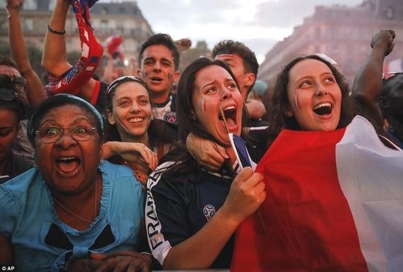 Cổ động viên đội Pháp vui mừng khi đội nhà giành chiến thắng. Ảnh: Internet.