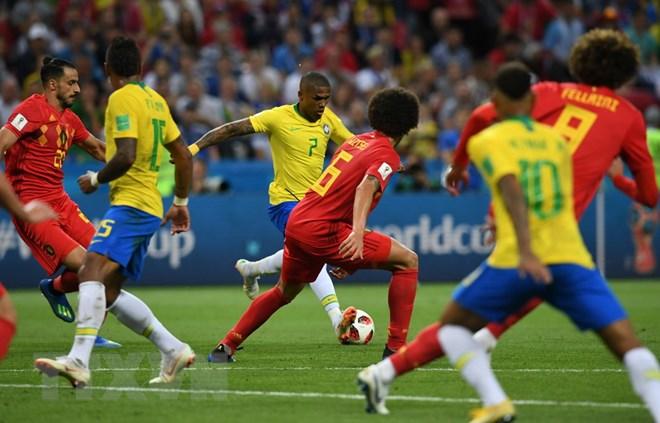 Một pha tranh bóng giữa Brazil và Bỉ. Ảnh: TTXVN