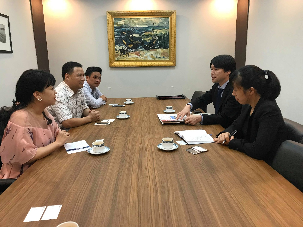 Vice Chairman Thanh works with the representatives of MUFG Bank