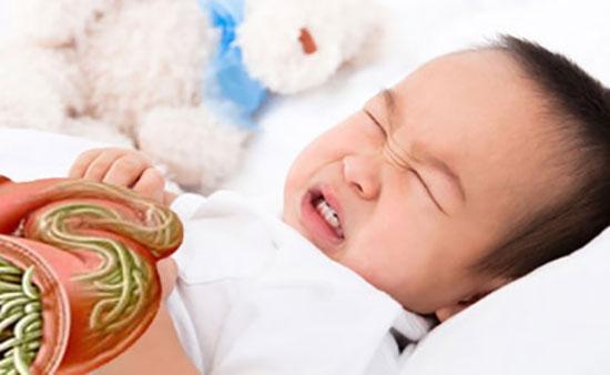 Giun có thể xâm nhập vào cơ thể trẻ thông qua việc tiếp xúc hàng ngày.