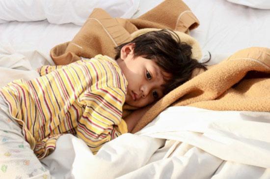 Trẻ bị nhiễm giun có thể có các biểu hiện chán ăn và đau bụng.