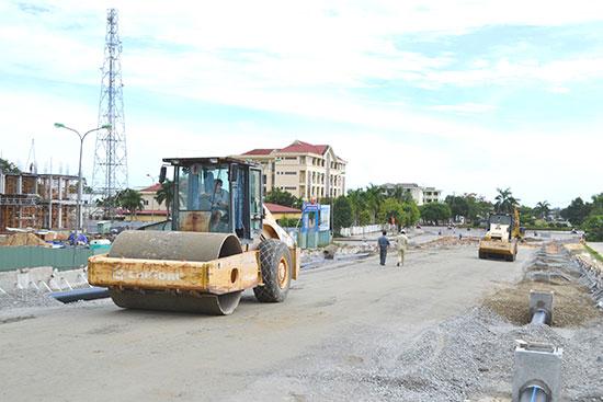 Thi công đường dẫn phía đông cầu vượt đường Lý Thường Kiệt, Nguyễn Hoàng, đường sắt Bắc - Nam. Ảnh: C.TÚ