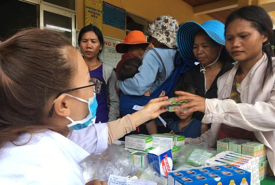 TTYT huyện Phước Sơn tiến hành khám chữa bệnh cho bà con xã Phước Kim