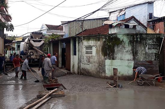 Nhân dân phường An Sơn hiến đất, di dời tường rào để mở rộng và nâng cấp kiệt hẻm 594 đường Phan Châu Trinh. Ảnh: L.Q