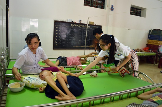 Chia sẻ với nỗi đau của các trẻ em khuyết tật tại Trung tâm