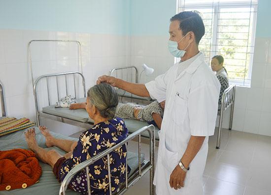 Chữa bệnh bằng phương pháp châm cứu tại Trạm y tế xã Bình Sa, huyện Thăng Bình. Ảnh: Q.T