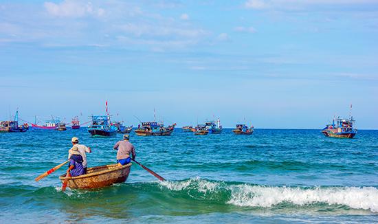 Biển từ bao đời vẫn là môi sinh cho cộng đồng ngư dân ở Việt Nam.  Ảnh: PHƯƠNG THẢO