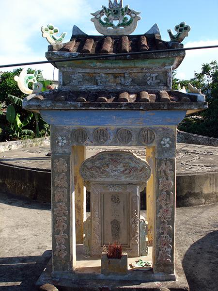 Bia mộ tiền hiền làng Nam Ô liên quan công chúa Huyền Trân.