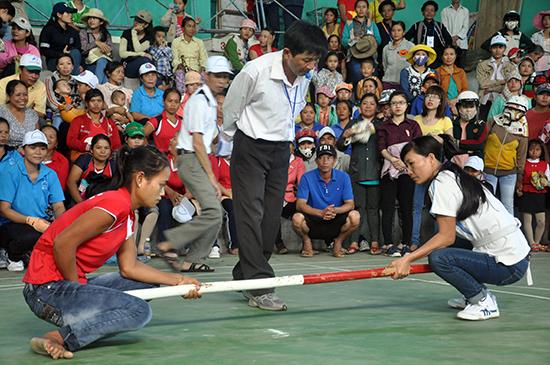Thi đấu  môn đẩy gậy tại Lễ hội Văn hóa - Thể thao các huyện miền núi lần thứ XVIII năm 2014 tổ chức ở huyện Bắc Trà My.