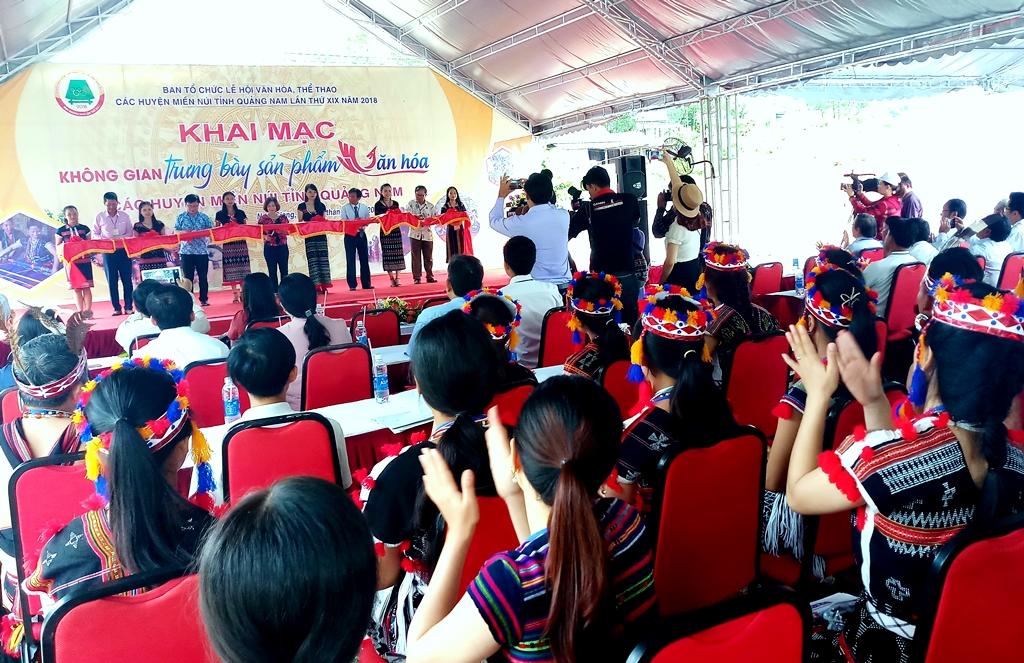 Các đại biểu cắt băng khai mạc không gian trưng bày văn hóa các huyện miền núi Quảng Nam. Ảnh: A.N