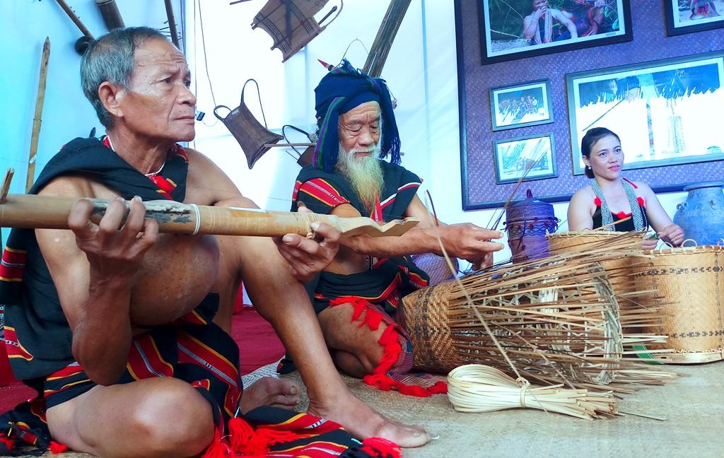 Các nghệ nhân huyện Bắc Trà My trình diễn các công đoạn đan lát truyền thống tại không gian trưng bày. Ảnh: A.N