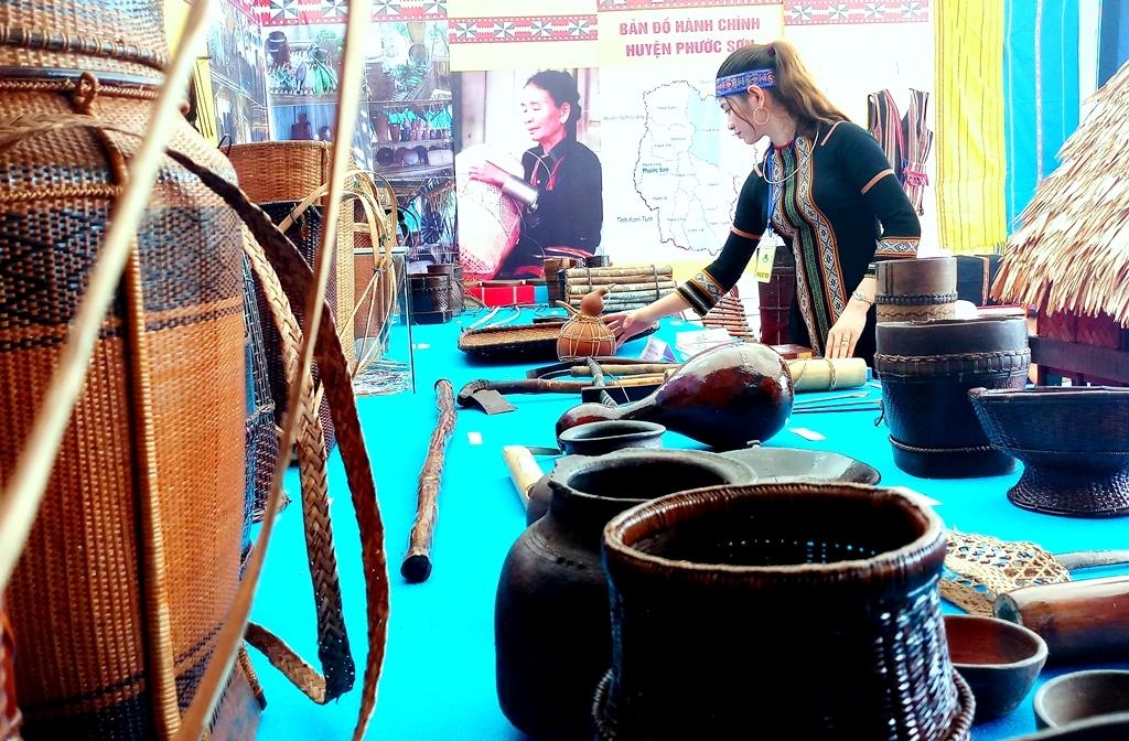 Những dụng cụ trong lao động sản xuất đời thường của đồng bào được trưng bày tại không gian văn hóa vùng cao. Ảnh: A.N